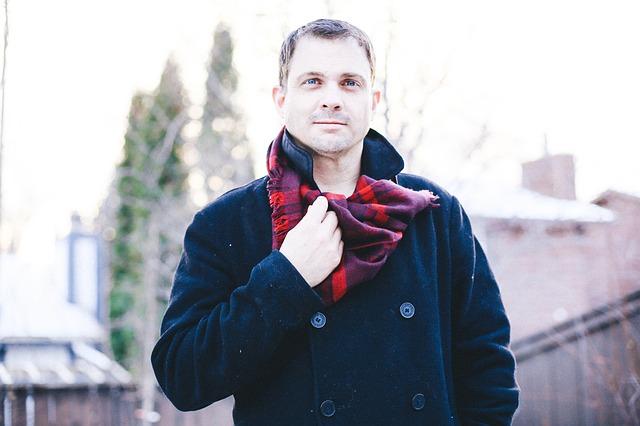 muž s šálou