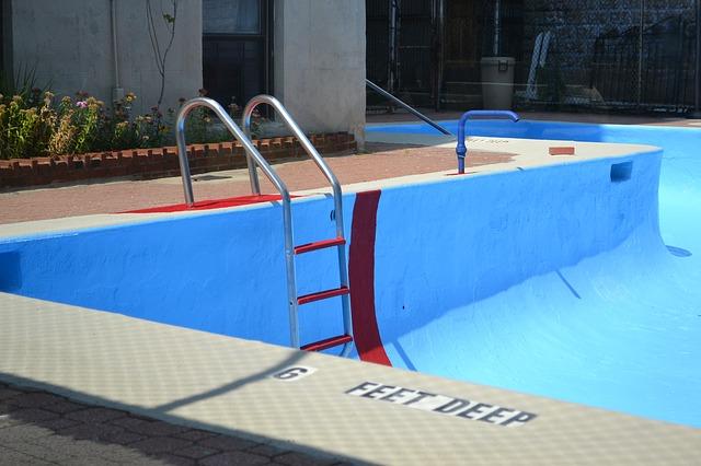 prázdný bazén