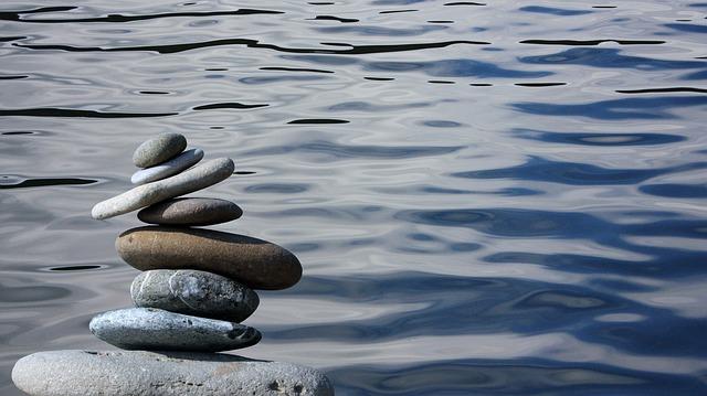 zen kameny na vodě