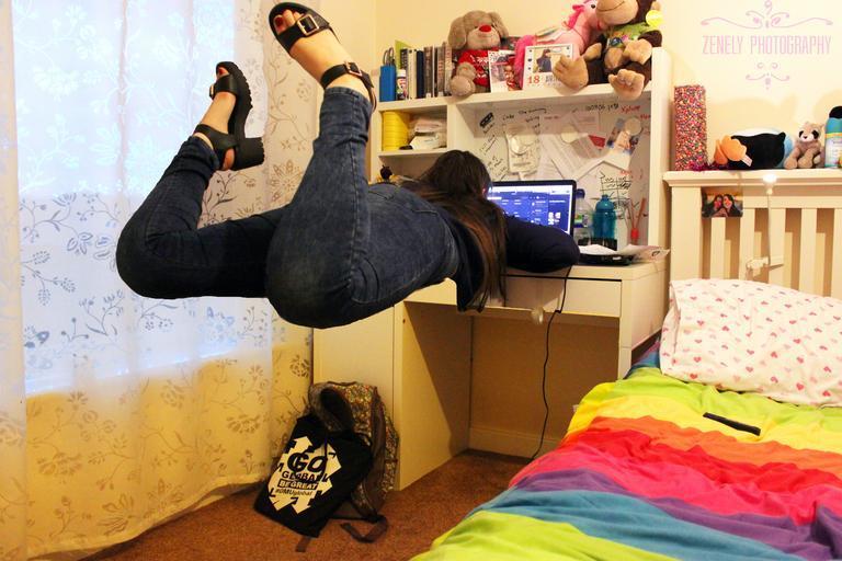 děvče ulítává na internetu.jpg