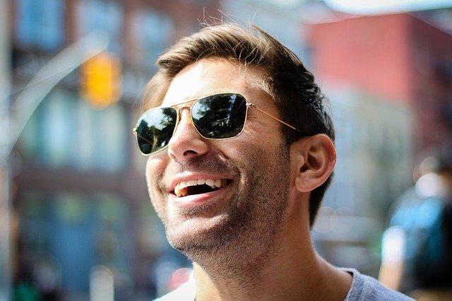 usmívající se chlap