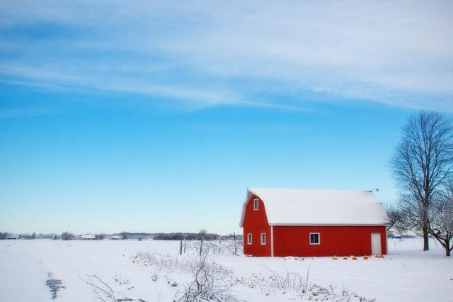 červený domek, zima, sníh