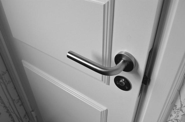 klika, bílé dveře