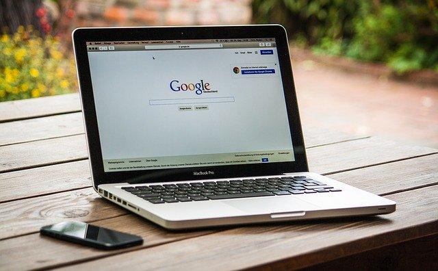 laptop s otevřeným vyhledávačem Google